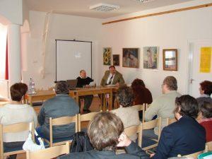 Dr. Szabó László előadást tart 2009-ben